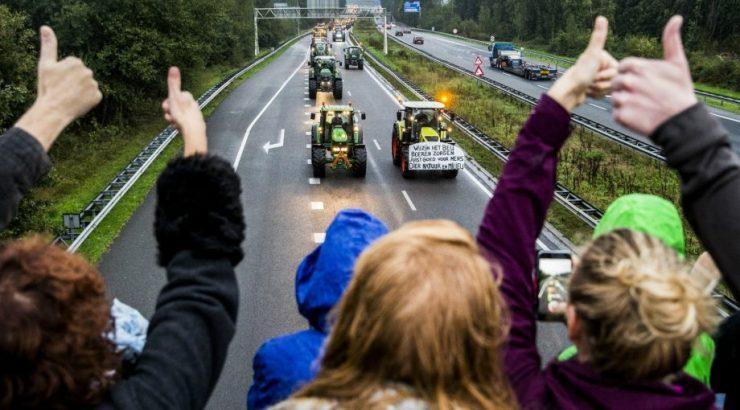 Fazendeiros e agricultores paralisam Haia e estradas na Holanda, em protesto contra diretrizes ambientais globalistas 17