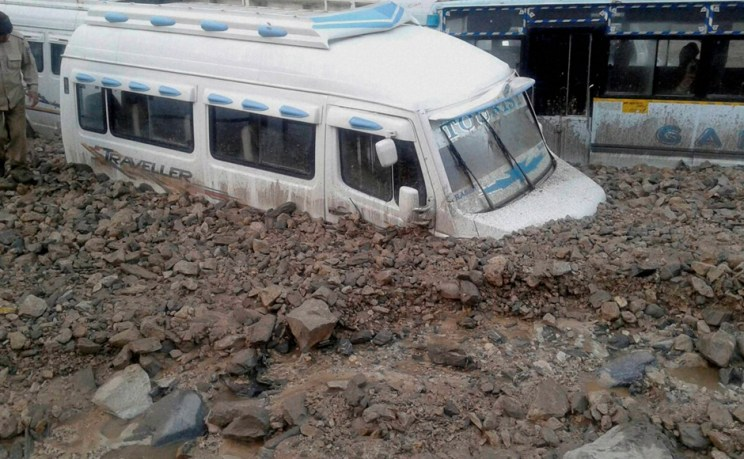 Baltal: A vehicle stuck in the slush and mud after cloudbursts at Baltal near the base camp of Amarnath Yatra on Saturday. PTI Photo (PTI7_25_2015_000042B)