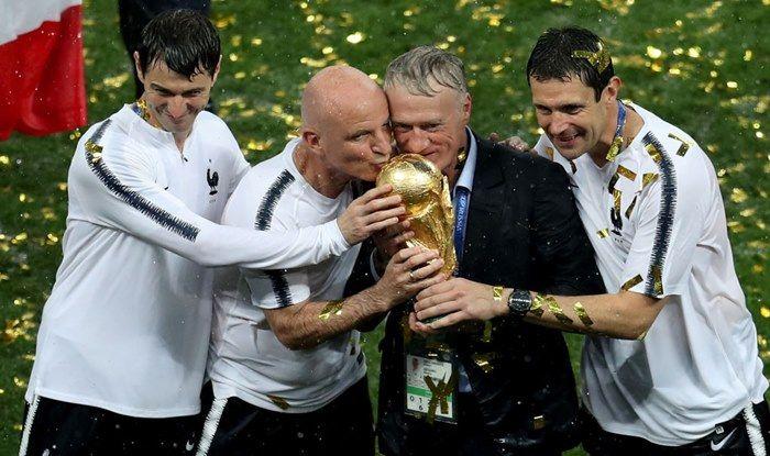 Didier Deschamps e il suo staff posano con la Coppa del Mondo vinta nel torneo di Russia 2018. Foto: Getty.