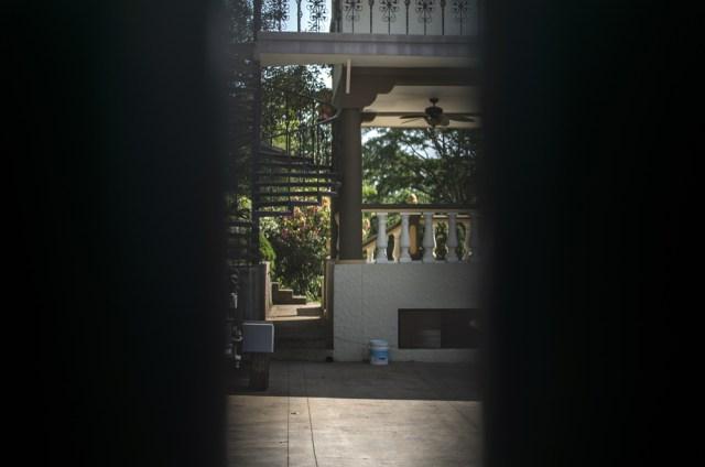 Vista de la propiedad del militar en retiro, Óscar Balladares, a través del portón exterior en el costado sur del cerro Mokorón. Éste terreno que era bien del Estado le fue donado por el Ejército. LA PRENSA/ÓSCAR NAVARRETE.