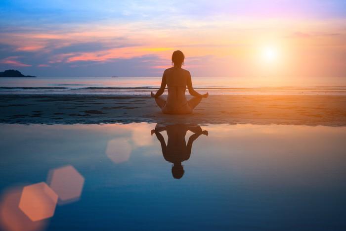 Fotomural Silueta de mujer joven a practicar yoga en la playa al atardecer  Pixers  Vivimos