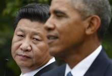 Chinese President Xi Jinping (L) listens to U.S. President Barack Obama during a joint news conference in the Rose Garden at the White House in Washington September 25, 2015. REUTERS/Kevin Lamarque