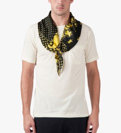 Saquatchfabrix. Off White Scarf T-Shirt Model Picture