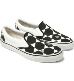 JohnUNDERCOVER Black and White Geometric Pattern Slip-On Sneakers Model Picture