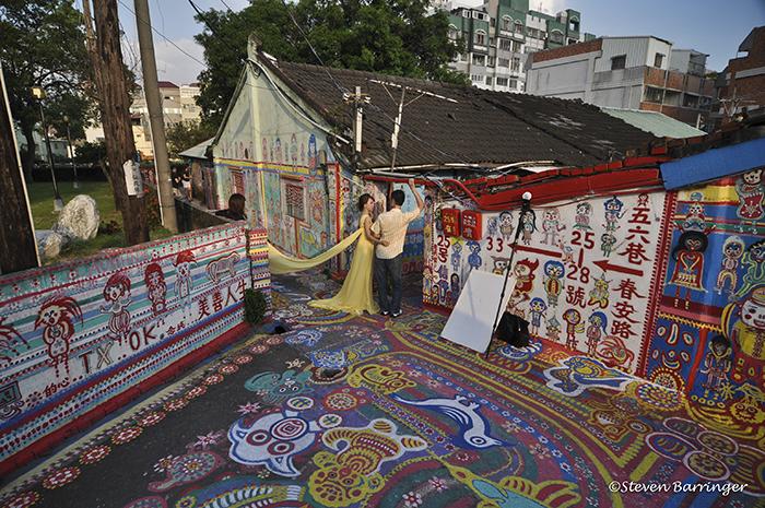 96-летний житель Тайваня спас свою деревню, раскрасив ее в радужные цвета