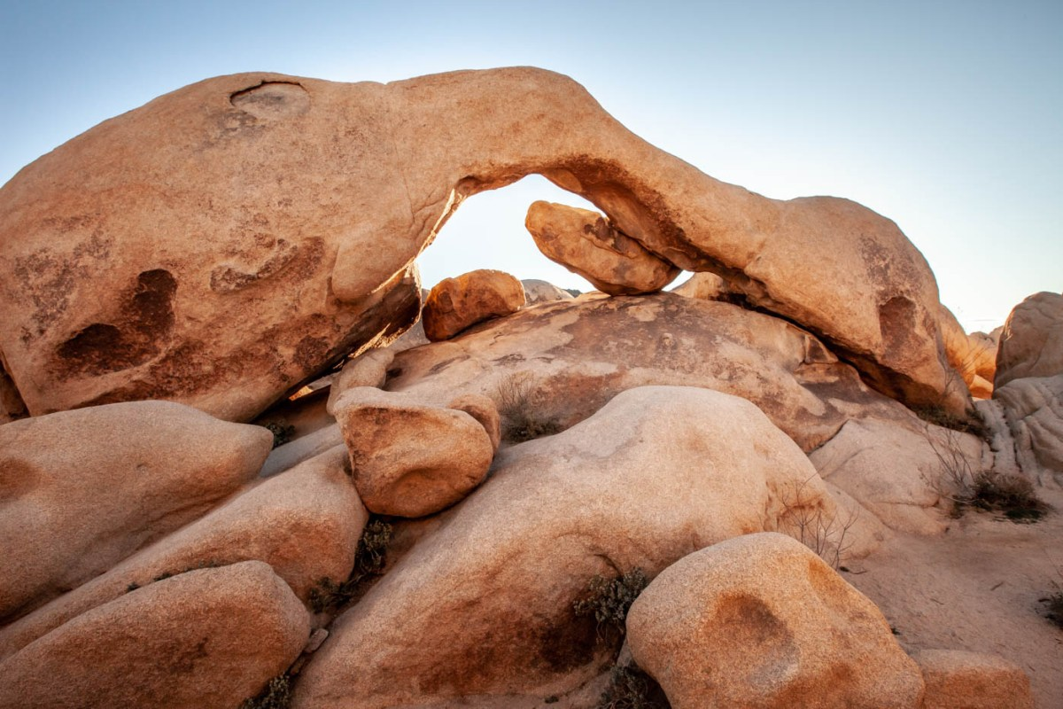 How to Find Arch Rock at Joshua Tree National Park #besthikes #vezzaniphotography must-see location at Joshua Tree