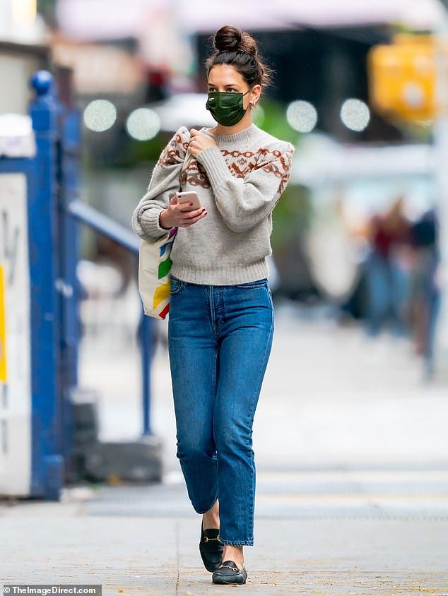 Por su cuenta: Katie Holmes fue vista el jueves, vista mientras tomaba una pajita en la ciudad de Nueva York en ropa informal.