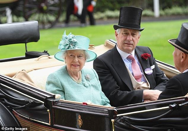 El primo de la reina, David Bowes-Lyon (fotografiado juntos en 2017), de 73 años, ha criticado un episodio de The Crown y lo ha calificado de 'ficción que pretende ser un hecho'.