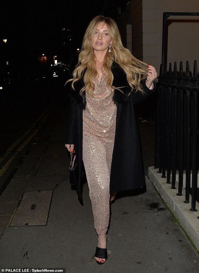 Shimmer: Amy Hart lucía cada centímetro de la estrella mientras se dirigía a cenar en Londres el sábado