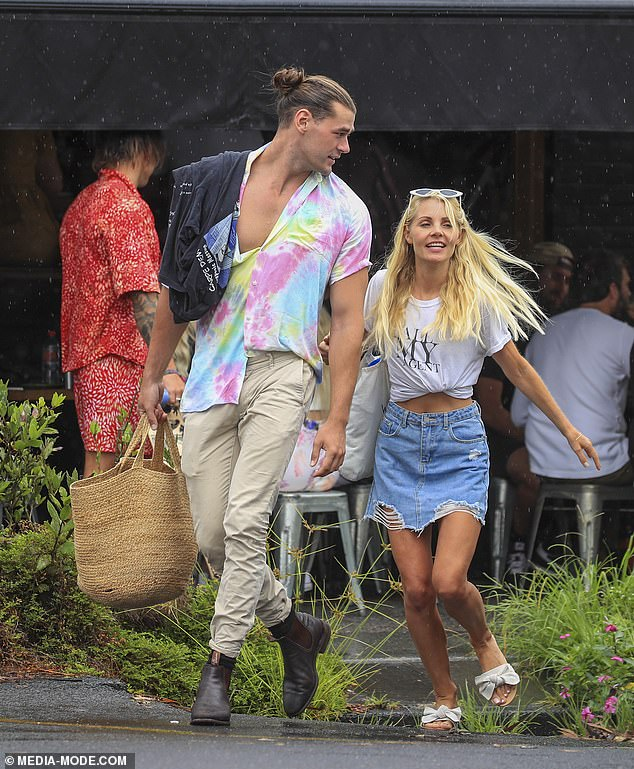 Hunk: Adam Todd, de 24 años de The Bachelorette, y Adrian Baena, de 26, almorzaron con sus coprotagonistas y un grupo de bellezas de The Bachelor antes de intentar patinar en Byron Bay el sábado.