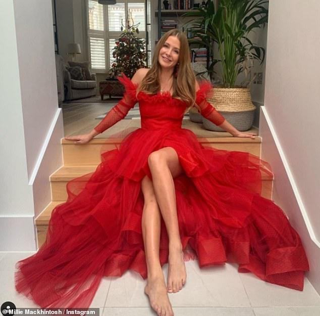 ¡Maravilloso!  Millie Mackintosh está sacando lo mejor de una mala situación: posando con un vestido de fiesta glamoroso mientras se prepara para celebrar la temporada festiva en casa.