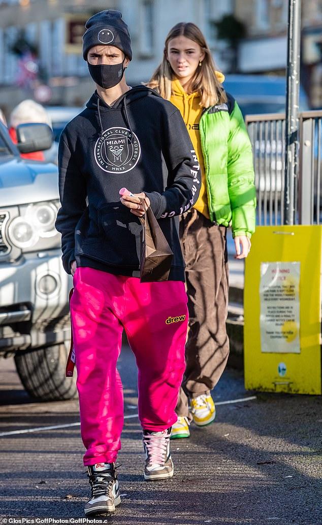 Informal: Romeo Beckham, de 18 años, lucía un atuendo informal cuando salió a Oxfordshire con su novia Mia Regan, de 18 años, el jueves.