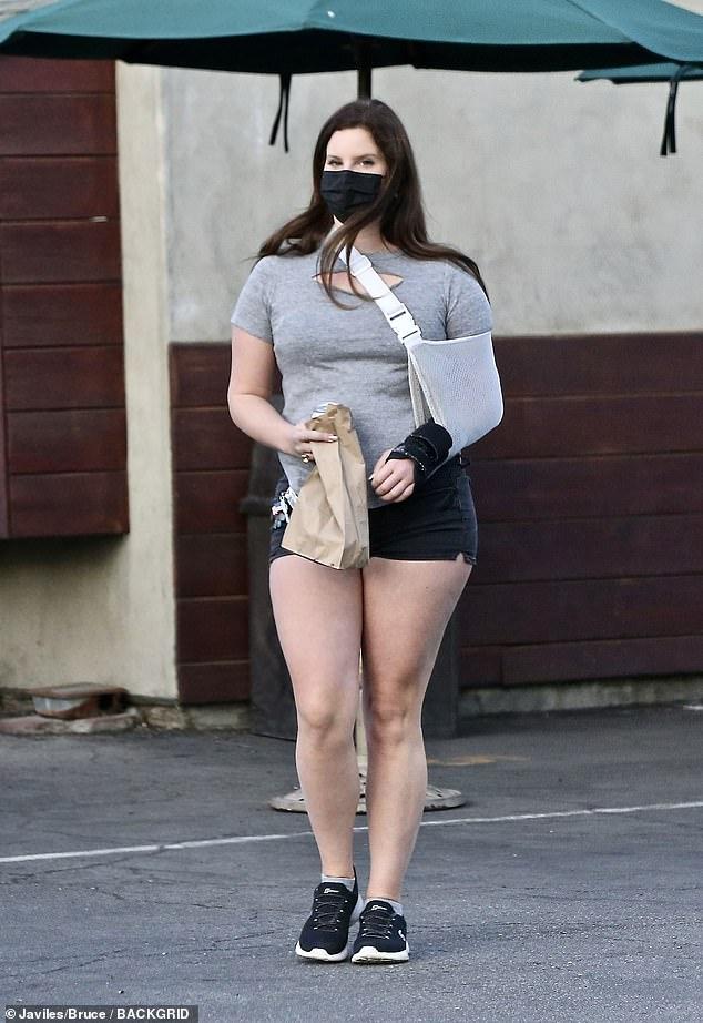 Desaparecida: Lana Del Rey fue vista sin su supuesto anillo de compromiso en su dedo mientras tomaba comida para llevar en Hugo's Tacos en Los Ángeles el sábado por la tarde.