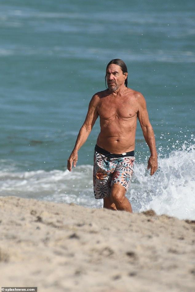 ¡Mojado y salvaje!  El ganador del Grammy Iggy Pop se dio un chapuzón el día de Año Nuevo en el océano no lejos de su casa en Miami Beach.