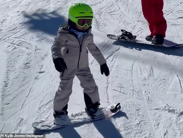 Profesional de la nieve: Kylie Jenner se entusiasmó con su hija Stormi, quien se graduó de las pistas de conejos el domingo, cuando la 'pequeña profesional' mostró sus habilidades de snowboard en un adorable video en Instagram