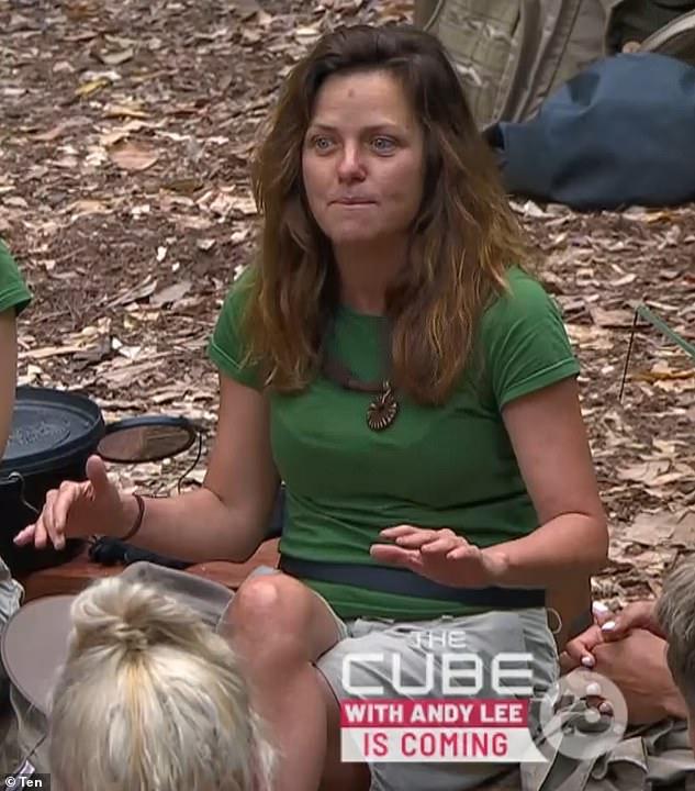 Impactante: Soy una celebridad ... ¡Sácame de aquí!  La estrella Toni Pearen es mordida en la cara por varias serpientes durante una terrible prueba de Tucker que se emitirá el martes por la noche.