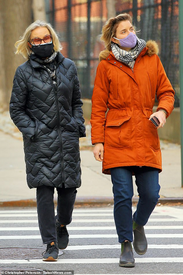 ¡A solo un Grammy del estatus de élite EGOT!  Jessica Lange se abrigó para almorzar con su hija Hannah Jane Shepard en el vecindario West Village de Manhattan el lunes