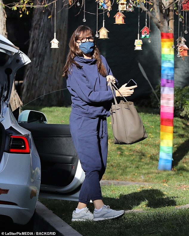 Terreno de origen: Jennifer Garner se veía acogedora cuando visitó su nueva propiedad de Brentwood el jueves