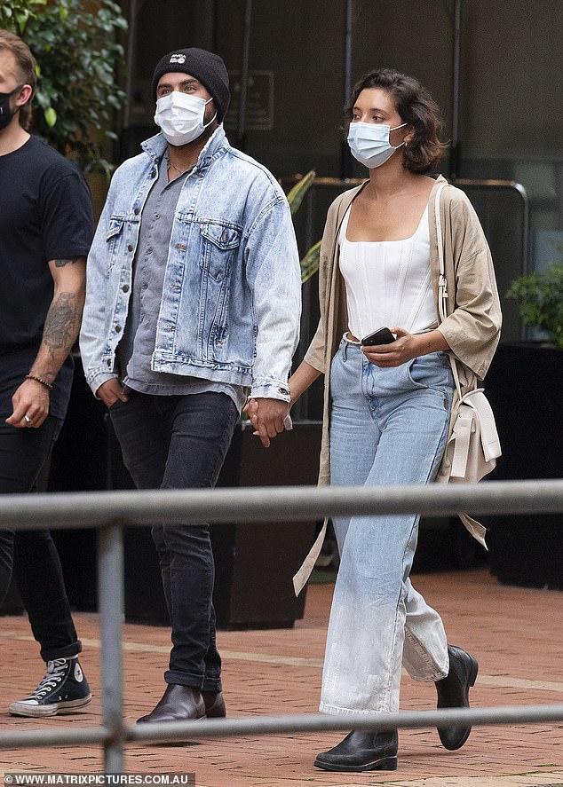 Smitten: El viernes, Zac Efron y su novia Vanessa Valladares empacaron el PDA y se tomaron de las manos cuando salieron a cenar en Sydney con amigos.