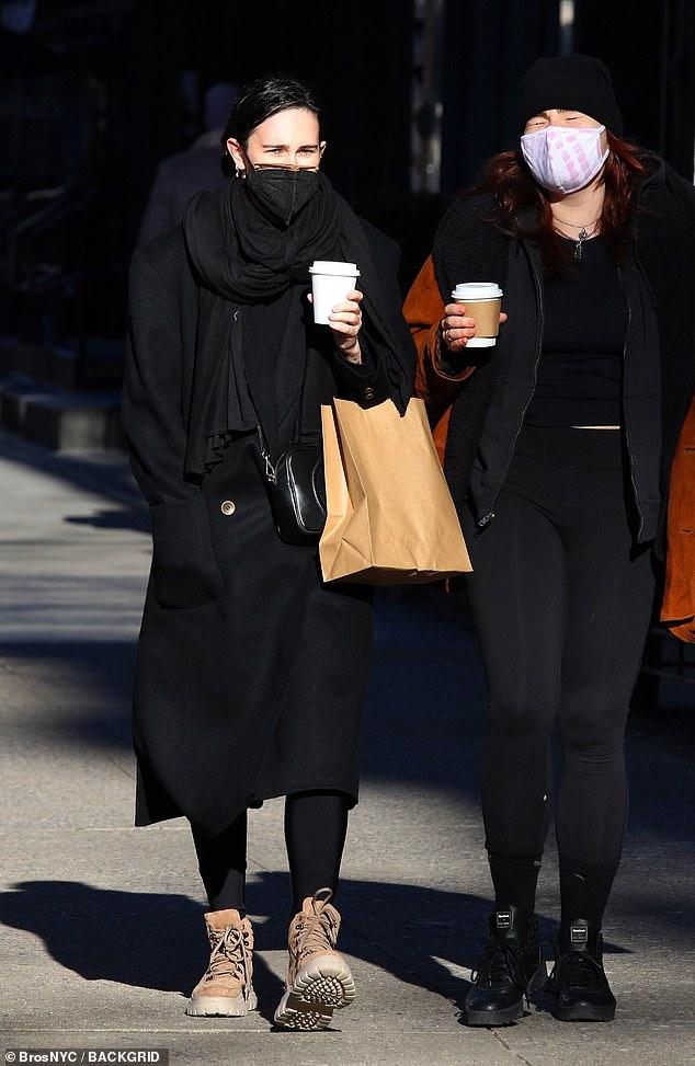 Frío: Rumer Willis continuó deleitándose con las frías temperaturas el domingo por la mañana cuando salió con unos amigos en el área del Soho de Manhattan.