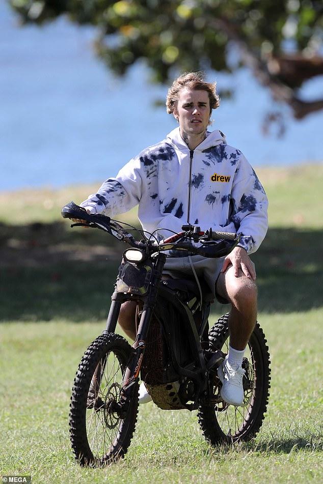 Vibraciones: Justin Bieber parecía estar libre de estrés mientras recorría la ciudad en una bicicleta eléctrica mientras estaba de vacaciones en Hawai.