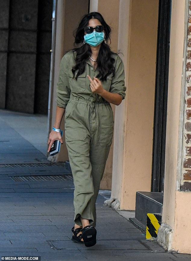 ¿Encima de eso?  Jessica Gomes volteó el pájaro cuando salía de un hotel de Sydney después de completar la cuarentena obligatoria de dos semanas el lunes