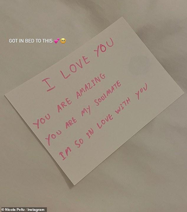 'Soulmates': Nicola Peltz demostró que ella y su prometido Brooklyn Beckham están tan enamorados como siempre, cuando publicó una foto de una nota de amor que él le dejó el jueves por la noche