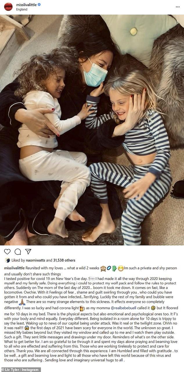 Recuperado: Liv Tyler, de 43 años, reveló el viernes en Instagram que dio positivo por COVID-19 en la víspera de Año Nuevo y acababa de recibir autorización para reunirse con sus hijos después de estar aislada durante dos semanas.