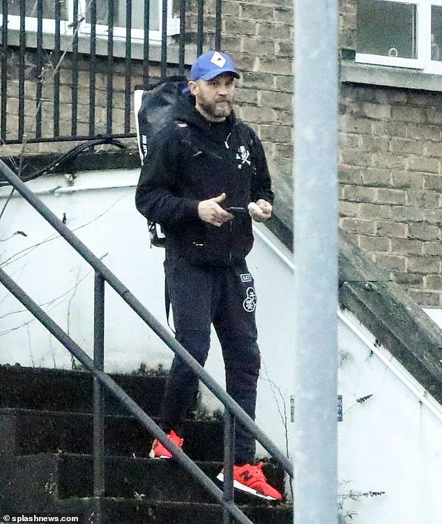 Excursión: Tom Hardy fue visto saliendo de un gimnasio cerrado en Londres mientras llevaba una mochila de artes marciales el viernes.