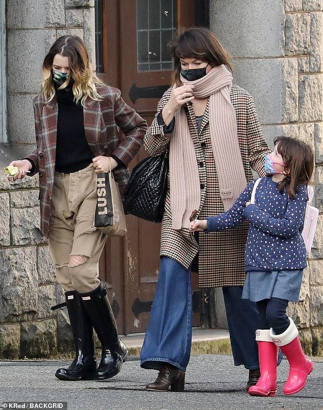 Tiempo en familia: Milla Jovovich y su esposo Paul WS Anderson llevaron a sus hijas Ever, de 13 años, y Dashiel, de cinco, de compras a Vancouver después de terminar una cuarentena de 14 días.