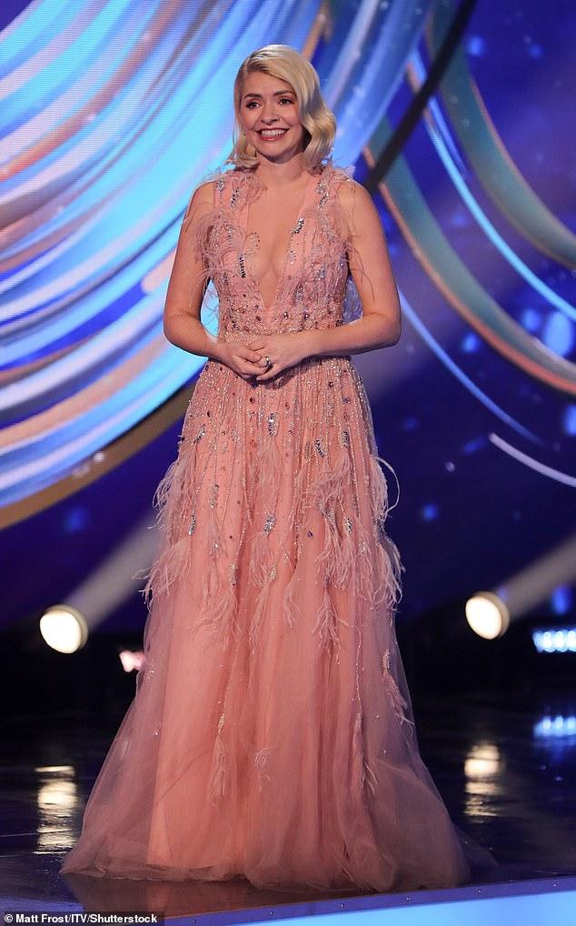 '¡Qué atuendo totalmente inapropiado!'  Holly Willoughby, de 39 años, sorprendió a los espectadores de Dancing On Ice con su vestido escotado desnudo mientras presentaba el espectáculo de lanzamiento el domingo por la noche.