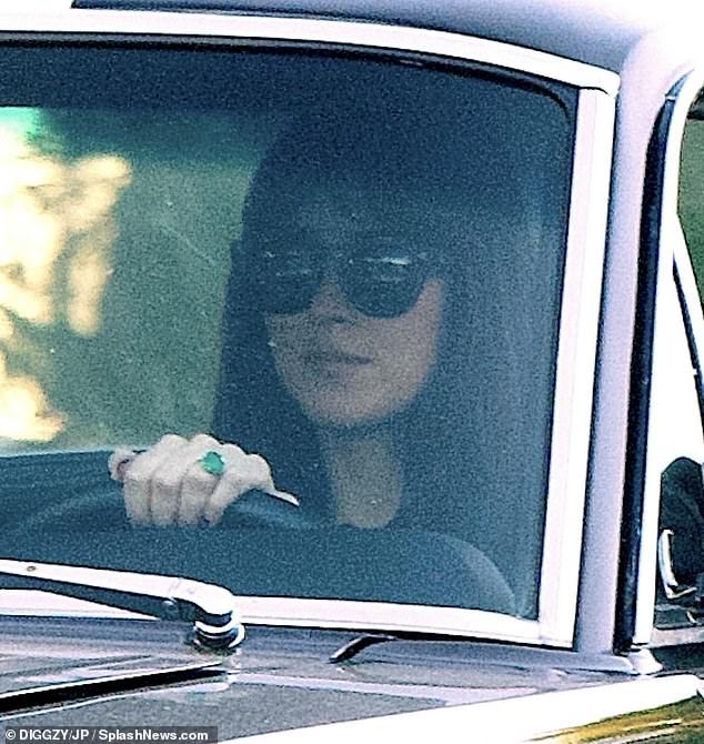 ¿Futura novia?  Dakota Johnson salió a dar una vuelta el sábado mostrando un enorme anillo de esmeraldas en su mano en medio de rumores de que está comprometida con Chris Martin.