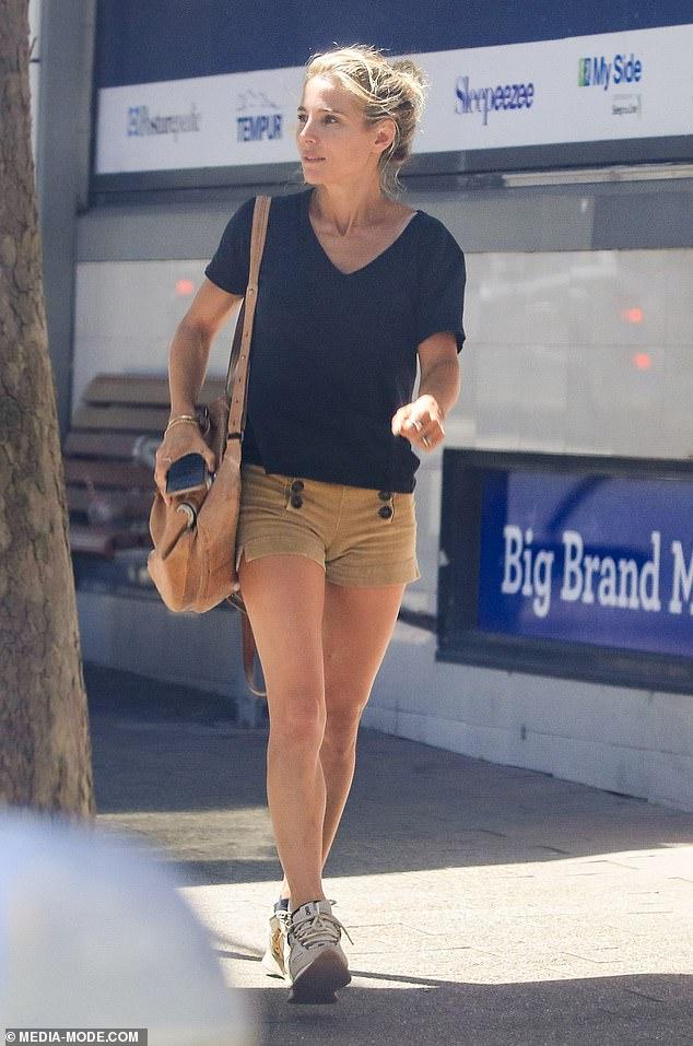 Elegante: Elsa Pataky lucía elegante sin esfuerzo con un par de pantalones cortos color canela y una camiseta negra holgada cuando salió en Sydney el jueves.