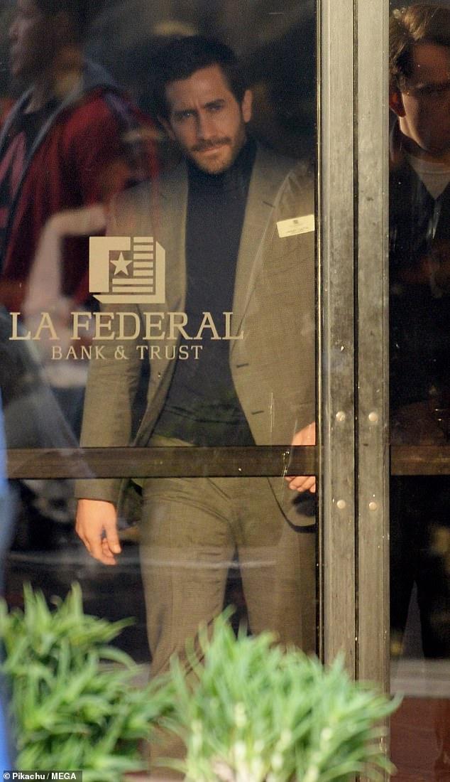 Atraco a un banco: Jake Gyllenhaal se veía endiabladamente guapo con un traje beige mientras se preparaba para filmar una intensa escena de robo a un banco para su próxima película, Ambulance, el jueves.