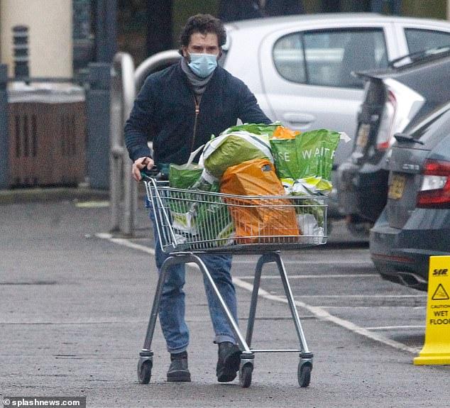 Aquí viene: la poderosa espada fue cambiada por una humilde lista de compras el miércoles cuando la estrella de Game Of Thrones, Kit Harington, se abastecía en un supermercado de Londres.