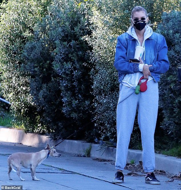 Hot diggity dog: Stella Maxwell, de 30 años, se encuentra con un nuevo hallazgo poco probable mientras pasea a su perro en Los Ángeles, mientras obtiene una nueva almohada de hot dog encontrada junto al bote de basura de un vecino