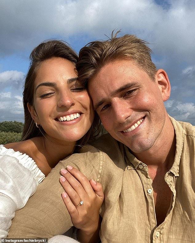 Felices noticias: Jadé Tuncdoruk (derecha) ha anunciado que está comprometida con su pareja modelo desde hace tres años, Lachie Brycki (derecha).  El domingo, Lachie compartió esta imagen de la pareja sonriendo mientras Jade mostraba su anillo de compromiso de diamantes.