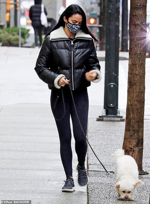 Saliendo: el sábado, Camila Mendes y Lili Reinhart fueron vistas por separado llevando a sus perros a pasear por las calles de Vancouver.