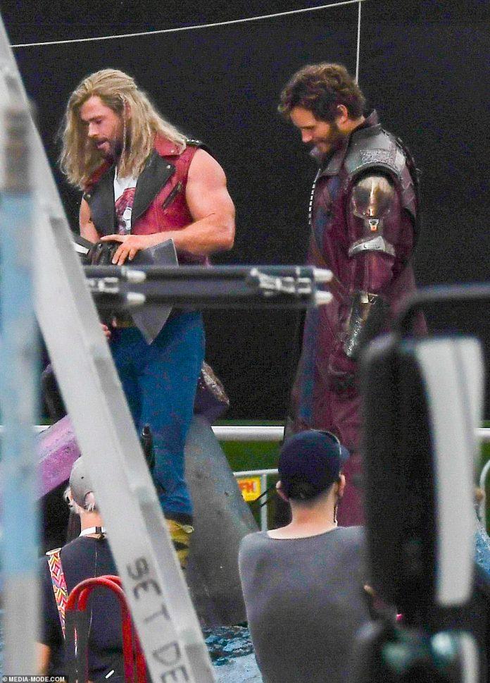 Acción: La filmación está realmente en marcha en el set de Sydney de Thor: Love and Thunder.  Los protagonistas de la película, Chris Hemsworth (izquierda) y Chris Pratt (derecha) fueron vistos en el set de Centennial Park el lunes.