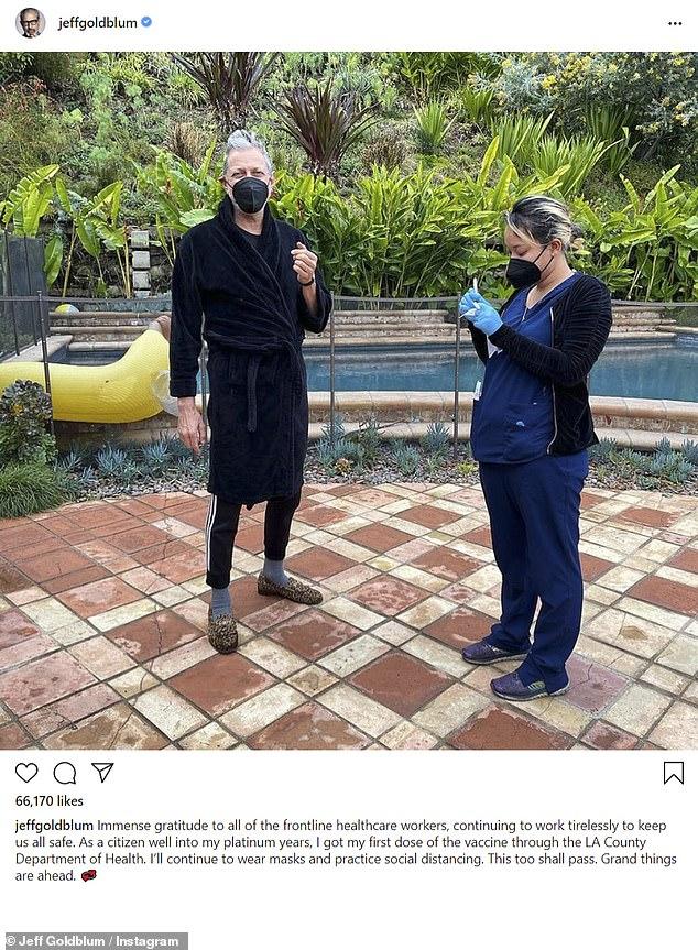 Listo y desempolvado: Jeff Goldblum ha recibido oficialmente su 'primera dosis' de la vacuna Moderna COVID-19