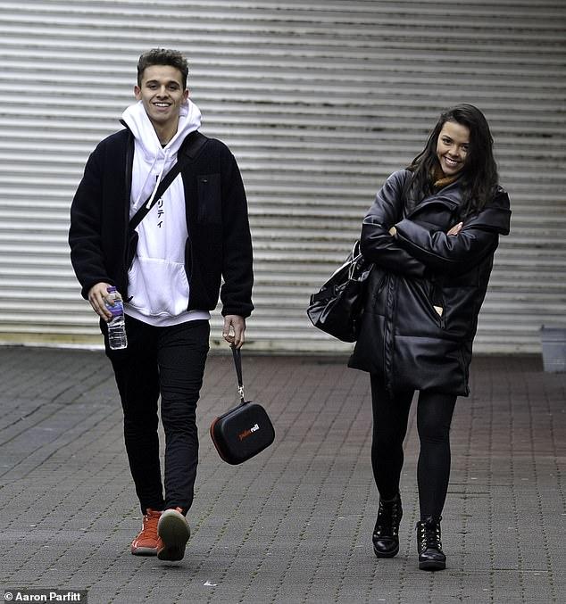Horario ocupado: las estrellas de Dancing On Ice, Joe-Warren Plant y Vanessa Bauer, parecían estar de buen humor mientras se dirigían a casa después de entrenar en Blackpool el martes en medio de una 'fila de arreglos'