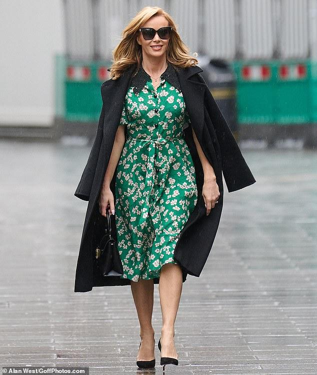 Trabajándolo: Amanda Holden desafió los elementos con un vestido verde de verano floral el miércoles cuando salió después de abordar la decisión de cancelar el Britain's Got Talent 2021 de este año.