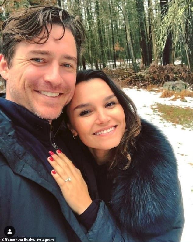 Recién comprometida: Samantha Barks ha anunciado que está comprometida con el actor estadounidense Alex Stoll después de dos años de citas.