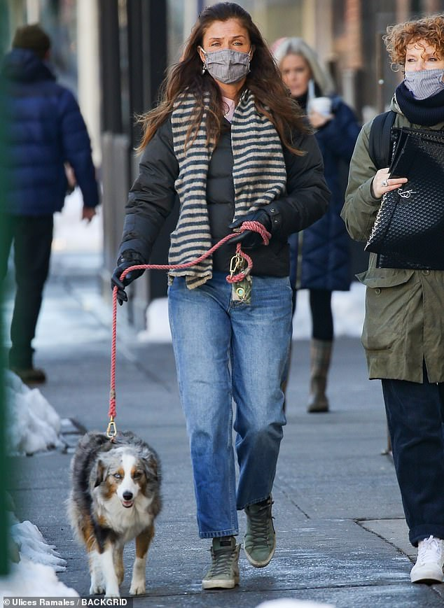 Hoofing it: Helena Christensen fue vista este jueves saliendo del encierro en Nueva York para llevar a su perro a pasear