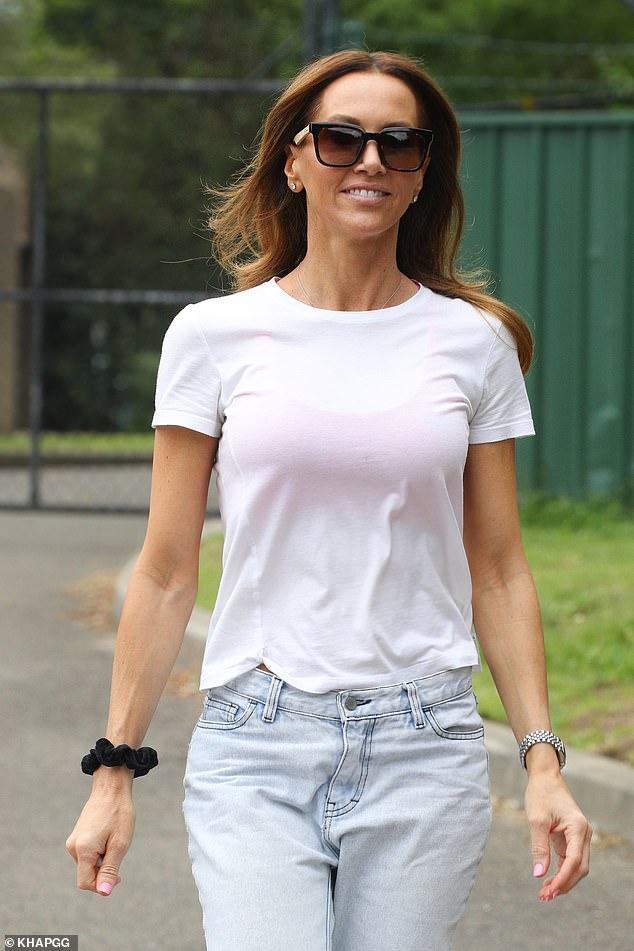 ¡Buenos tiempos!  Kyly Clarke, de 39 años, estaba radiante mientras caminaba por un parque de Sydney el sábado