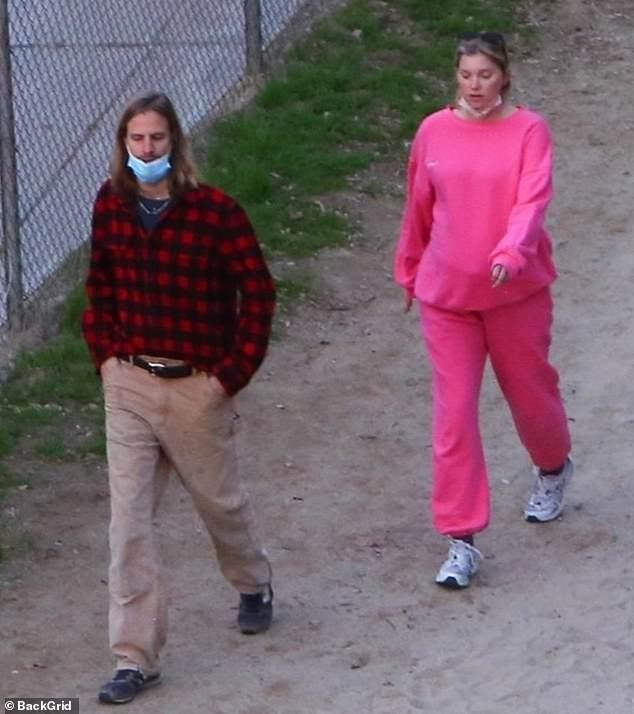 Embarazada en rosa: Elsa Hosk lucía resplandeciente el viernes, cuando fue vista dando un paseo por la naturaleza con su compañero Tom Daly
