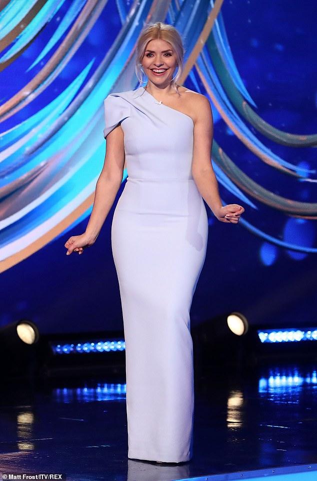 Belleza: Holly Willoughby lució sensacional con el vestido recatado que presumía de un elegante detalle de un solo hombro cuando presentó Dancing On Ice el domingo.