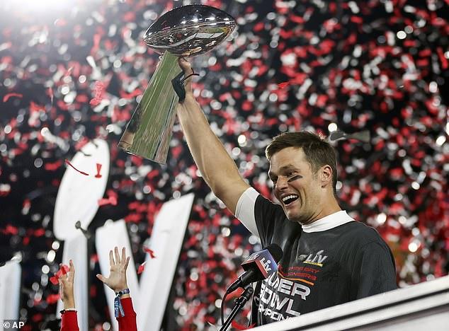 Hombre del momento: Tom Brady recibió una lluvia de mensajes de felicitación de personas como Nick Jonas, Elizabeth Banks, Jimmy Kimmel y otros seguidores de la lista A, después de llevar a los Buccaneers a su segunda victoria en el campeonato en el Super Bowl LV.