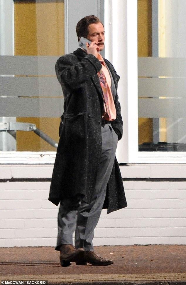 ¡Acción!  Taron Egerton se metió en el personaje como desarrollador de juegos Henk Rogers cuando comenzó el rodaje de Tetris en Glasgow el lunes.