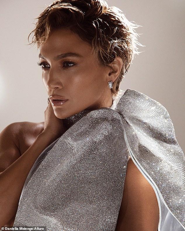 'Todo el mundo tenía que ser un abandonado': Leggy Jennifer Lopez, de 51 años, lucía una peluca corta mientras hablaba de desafiar los estándares de belleza de la industria con sus famosas curvas con Allure.